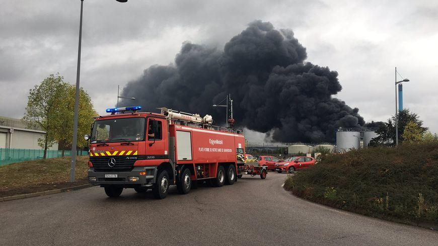 Un violent incendie s'est déclaré vers 2h45 le jeudi 26 septembre 2019 à l'usine Lubrizol, site Seveso, à Rouen (Seine-Maritime). Les pompiers au petit matin.
