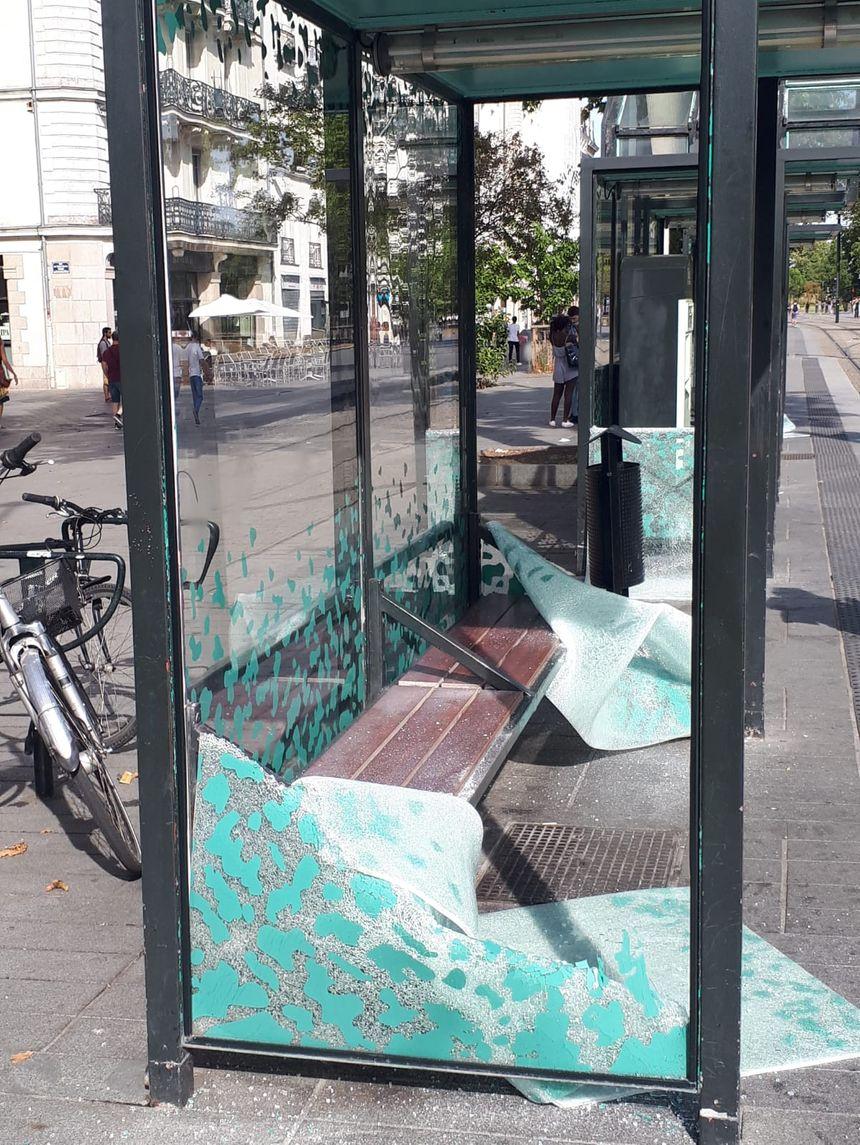 Plusieurs vitres de l'arrêt de tramway Commerce, à Nantes, ont été cassées, ce samedi après-midi.