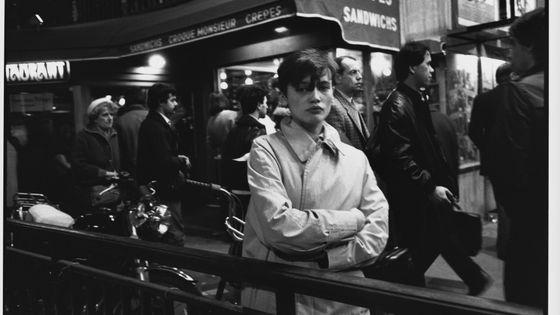 Jeune fille anonyme dans les années 1970 à Paris.