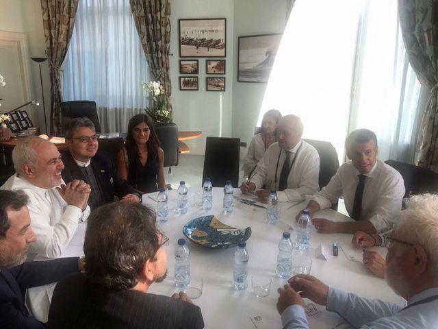 Visite surprise du ministre iranien des Affaires étrangères Mohammad Javad Zarif (en blanc à gauche) au G7 de Biarritz le 26 août 2019