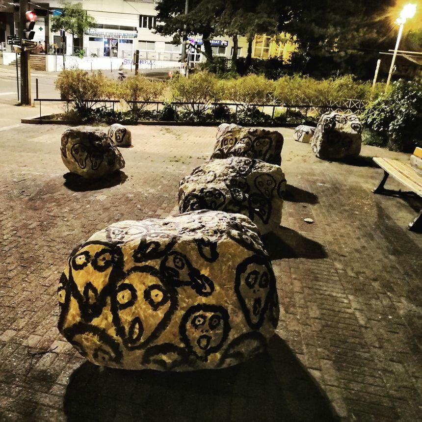 Les pierres posées à l'endroit où se trouvaient les précédents camps, évacués depuis