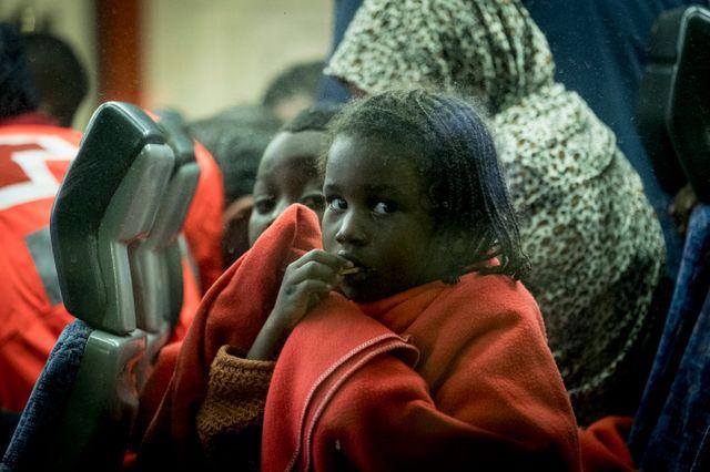 Une jeune fille dans un bus à transférer dans un centre. Depuis le début de l'année 2019, environ 1300 migrants sauvés ont débarqué dans le port de Malaga le 16 janvier 2019 à Malaga, dans le sud de l'Espagne.