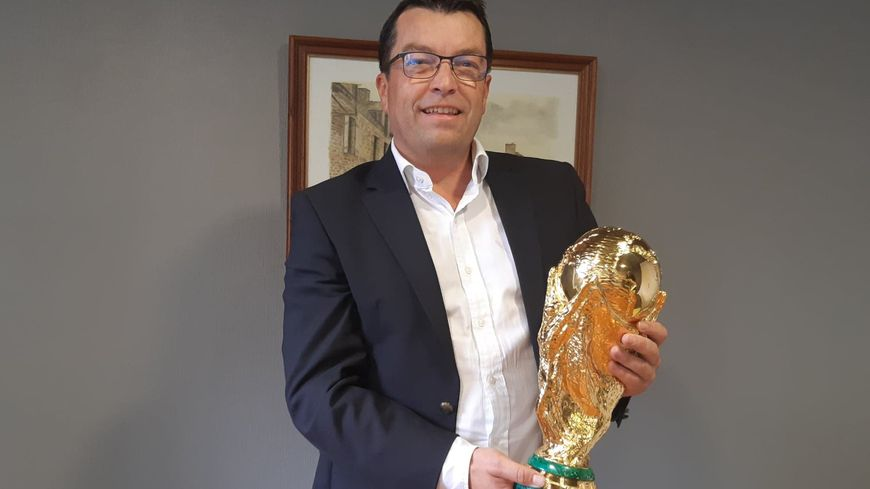 Stéphane Briend le maire de Plédran avec le trophée de la Coupe du monde