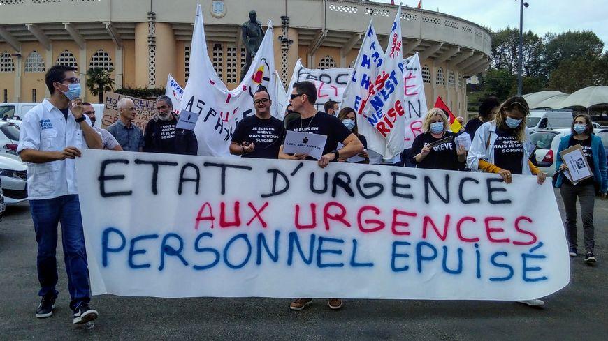 Une centaine de personnes ont défilé à l'appel des soignants du service des urgences de l'hôpital Layné à Mont-de-Marsan