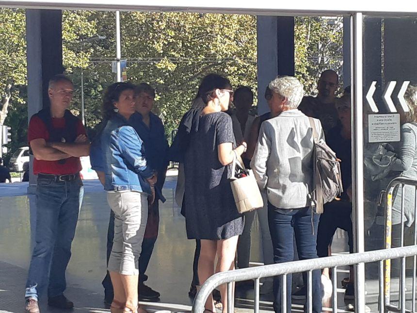 Salles de réunions inutilisables, bureaux recouverts de suie, odeur dans les étages... Les salariés de la mairie de Grenoble s'organisent ce lundi matin.