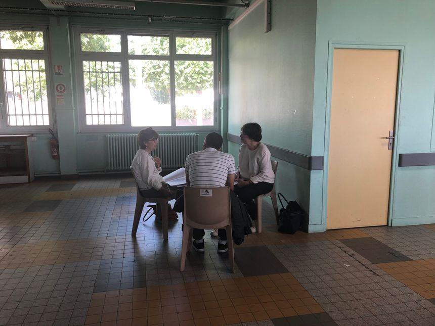 Des associations étaient présentes pour étudier la situation et les droits de chaque famille.