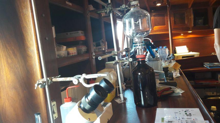 Un laboratoire à bord de la goélette pour conditionner les échantillons