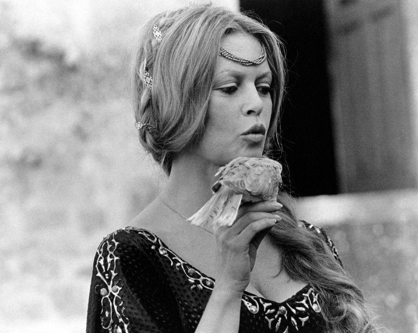Brigitte Bardot sur le tournage de L'Histoire très bonne et très joyeuse de Colinot trousse-chemise de Nina Companeez (1973)