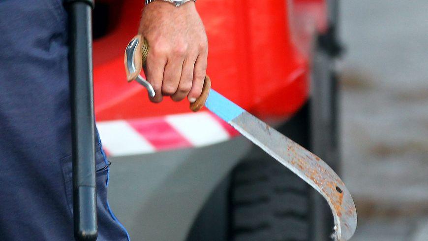 Un policier avec une machette à la main (photo d'illustration)