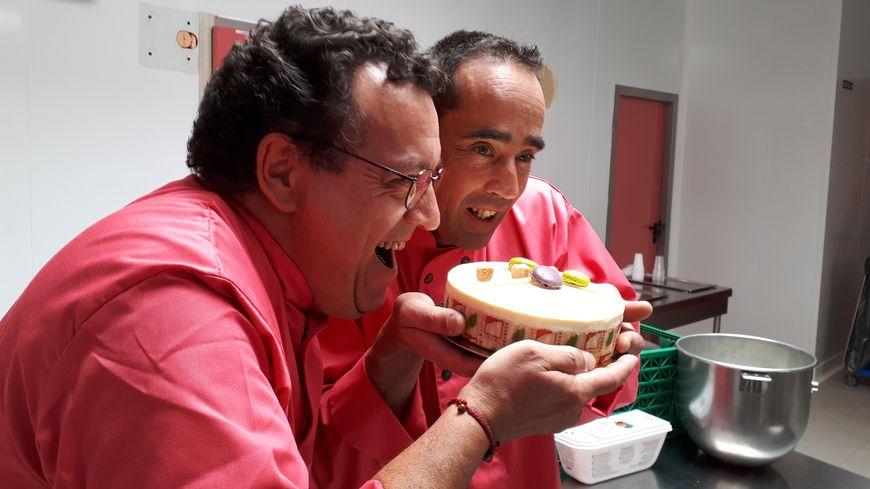 Christian Charbonnel et Jean-Louis Pradeau, pâtissiers limousins, dévorent le Frank Lim avec appétit!