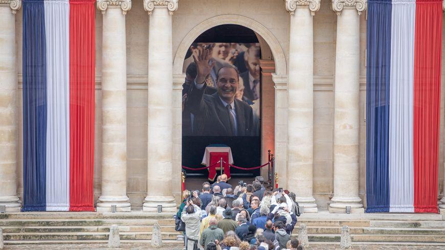 Les Français ont afflué par milliers dimanche aux Invalides pour saluer la mémoire de Jacques Chirac.