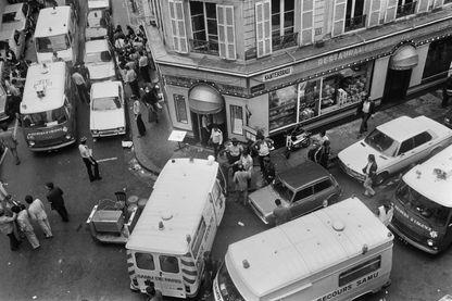 Rue des Rosiers après l'attaque du restaurant juif Jo Goldenberg le 9 août 1982 à Paris par des hommes armés qui ont lancé une grenade dans le restaurant et tiré sur des clients avec des mitrailleuses, tuant 6 personnes et blessant 22 autres.
