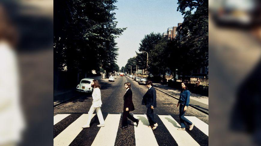 Image fournie par la galerie Bloomsbury montrant les Beatles traversant le passage pour piétons Abbey Road dans le sens opposé à la couverture du célèbre album de 1969.