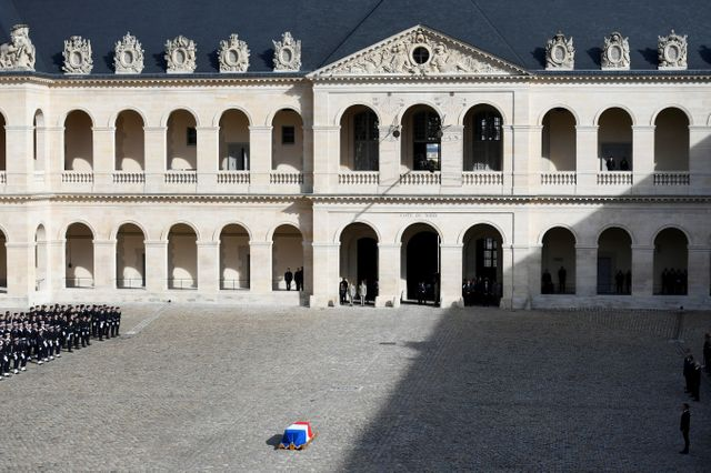 Recouvert du drapeau tricolore, le cercueil est déposé au centre de la cour des Invalides.