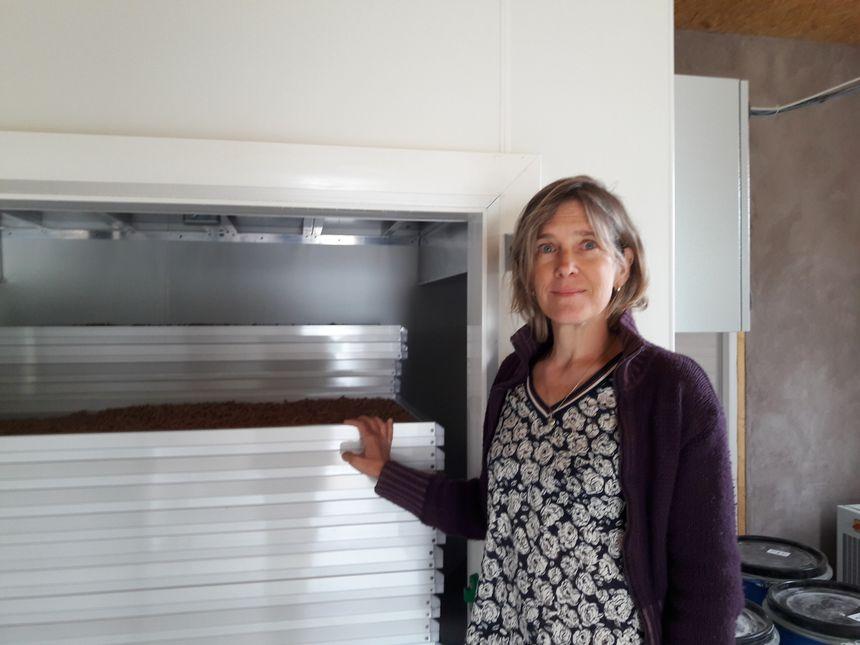 Stéphanie Mouret devant le séchoir à pâtes