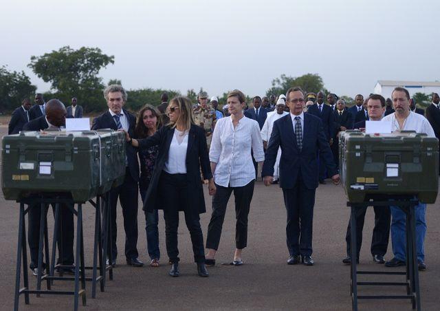 Les corps de Ghislaine Dupont et Claude Verlon, à l'aéroport de Bamako, le 4 novembre 2013.