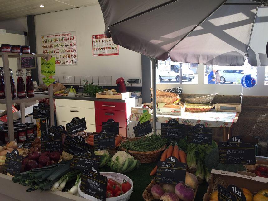 """""""O jardin d'Océane """" de beaux légumes et un petit secteur épicerie fine ."""
