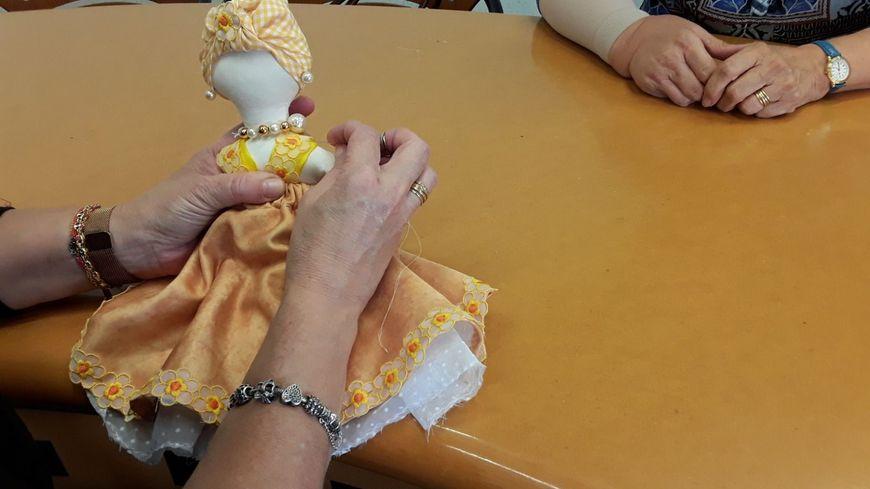 """L'association """"Mieux vivre mon cancer""""  à Bayonne se mobilise pour Octobre Rose 2019. Atelier textile et fabrication de poupées """"guérières"""" symbolisant leur combat."""