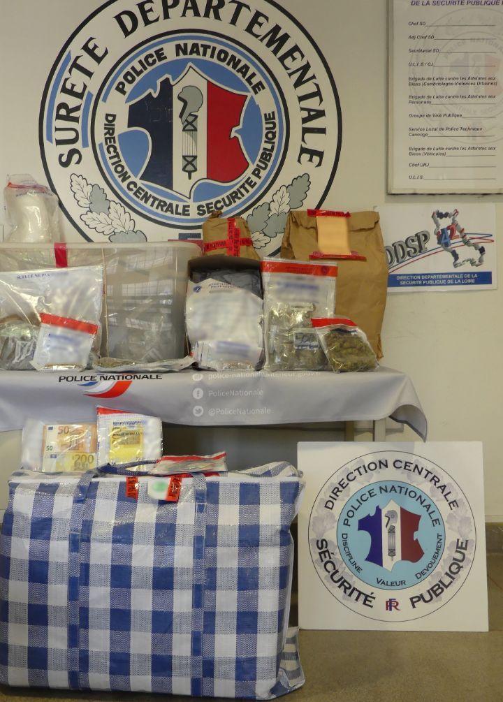 Les enquêteurs ont saisi de la drogue, des armes et 66.000 euros en liquide au cours de leurs perquisitions du 17 septembre dernier à Saint-Etienne et Villeurbanne