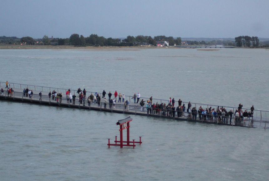 Pendant une heure, les visiteurs qui observaient la marée depuis la passerelle ne peuvent plus accéder au Mont