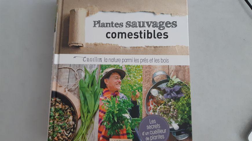 L'ouvrage Plantes sauvages comestibles de François Couplan.