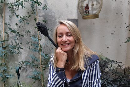 Sandra Legel et son balais toilette