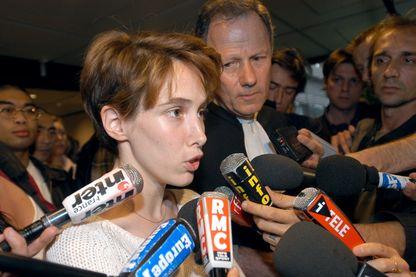 """Marie Leblanc (1er plan), l'affabulatrice du RER D, s'adresse aux journalistes, le 26 juillet 2004 au tribunal correctionnel de Pontoise, au soir de sa comparution pour """"dénonciation de délit imaginaire"""""""