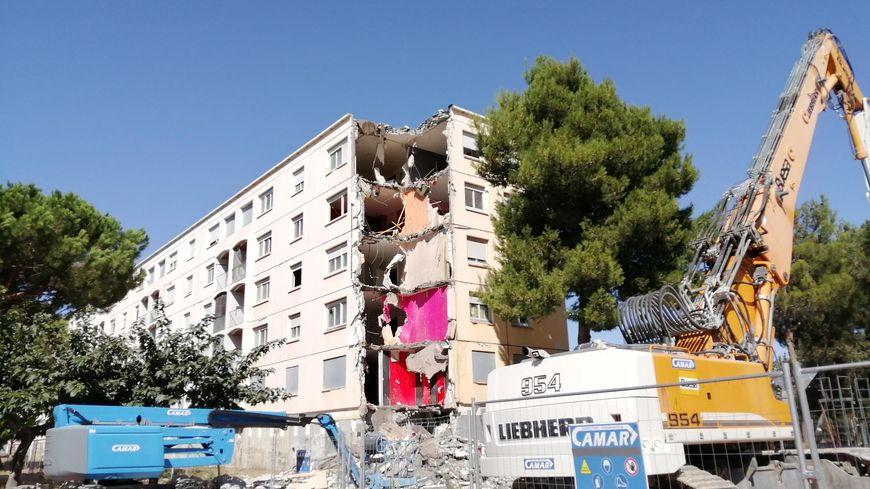 Un troisième immeuble de la cité Diaz réduit en gravats
