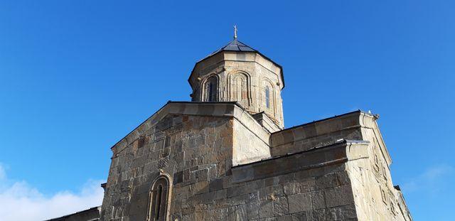 Église de la Trinité de Guerguéti sur le Mont Kazbek