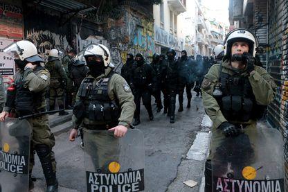 Policiers se préparant à évacuer des immigrés réfugiés dans un immeuble d'Exarchia