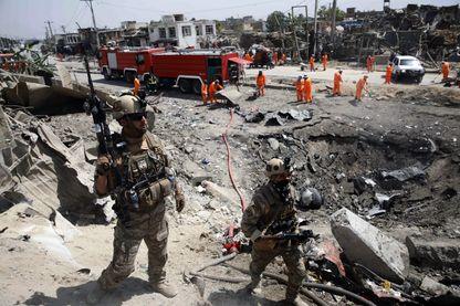 Les forces de sécurité afghanes à Kaboul sur le site du cratère provoqué par l'attentat du lundi 2 septembre