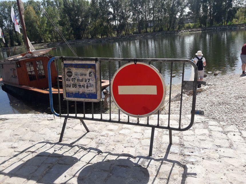 Une barrière en métal, tirée de la Loire par les participants à l'opération de nettoyage