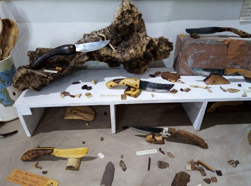 Les divers couteaux de Lucas Poutout en bois du Ventoux et marqueterie.