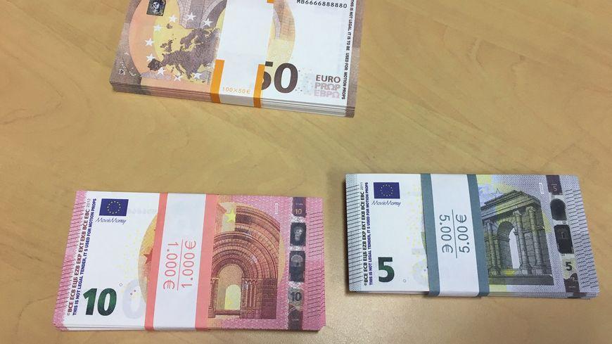 Les gendarmes mettent en garde les commerçants contre les faux billets qui circulent en ce moment (illustration)