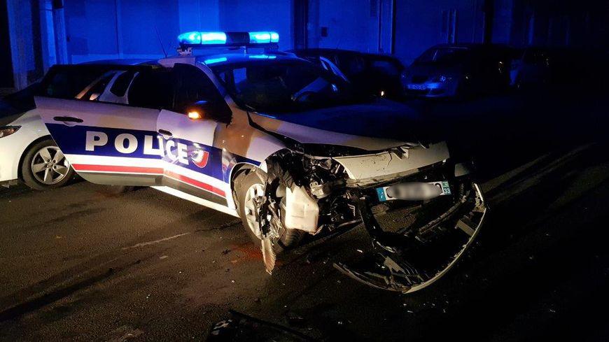 La voiture de police, après le choc...