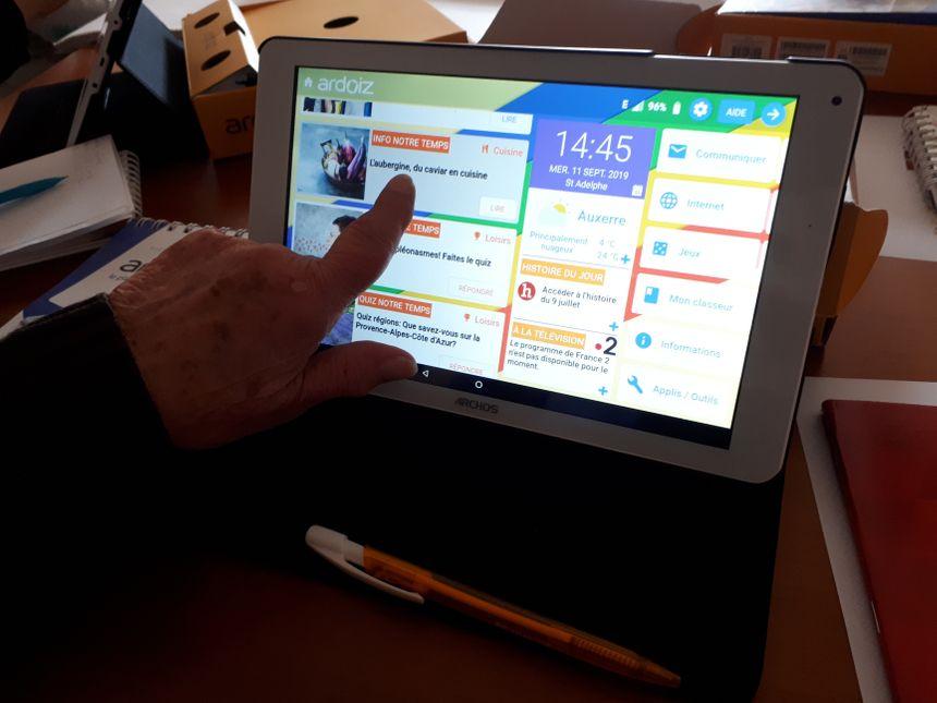 Les seniors apprennent notamment à utiliser une tablette.