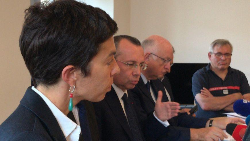 Le préfet de la Seine-Maritime a tenu une nouvelle conférence de presse, ce samedi, en présence de représentants de l'ARS, de la DREAL et des pompiers.