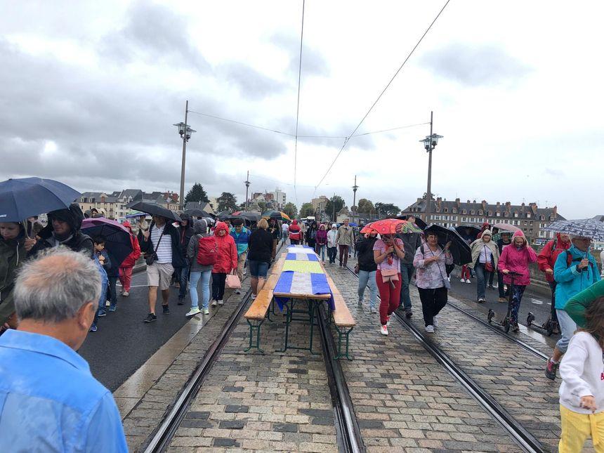Malgré la pluie, circulation dense sur le pont George V, fermé exceptionnellement aux voitures