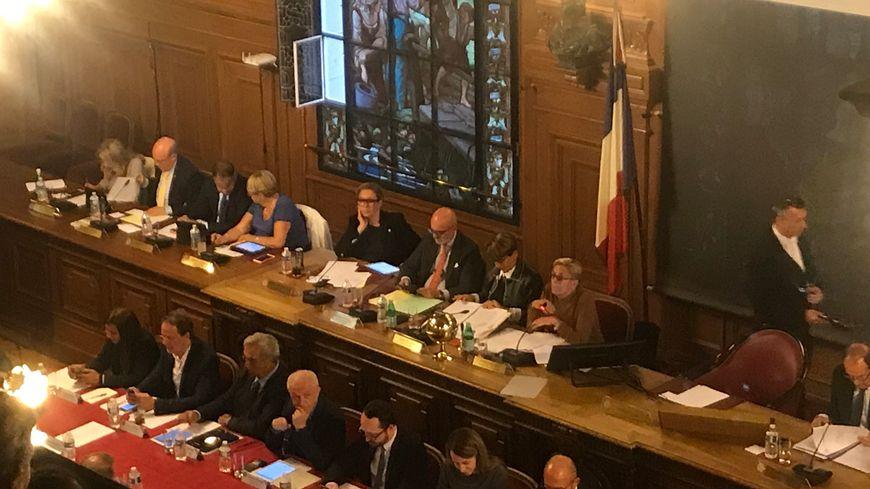 Isabelle Balkany a présidé pour la première fois le conseil municipal de Levallois-Perret en l'absence du maire, incarcéré pour fraude fiscale