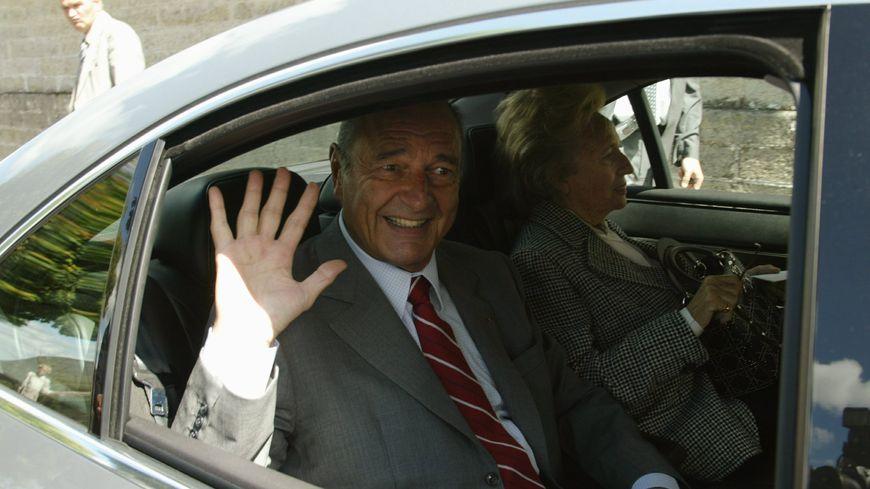 Le président de la République Jacques Chirac accompagne de sa femme Bernadette quitte la mairie de Sarran où il vient de voter pour les élections européennes du 13 Juin 2004.