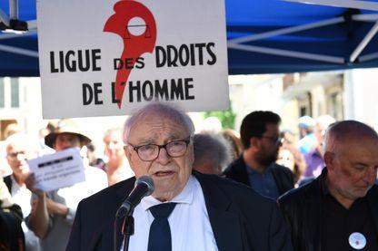 L'avocat Henri Leclerc. Sur cette photo, il sort du Palais de justice de Gap, après une audience tenue le 31 mai 2018 pour avoir aidé des migrants à franchir la frontière française.