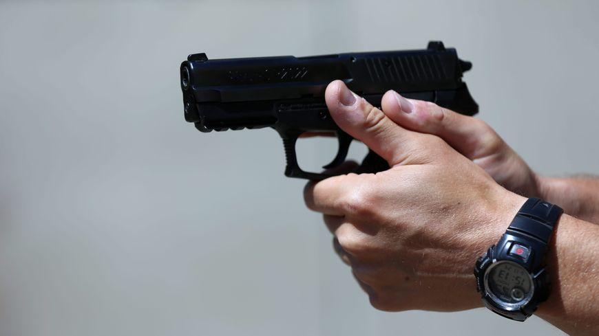 A l'arrivée des policiers cet ancien militaire n'a pas hésité à les menacer avec un couteau et une arme de poing.