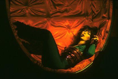 """L'album 'Never For Ever', sur lequel figure le titre """"Babooshka"""" fait suite à une tournée, en 1979, au cours de laquelle Kate Bush prit le pouvoir sur la scène"""