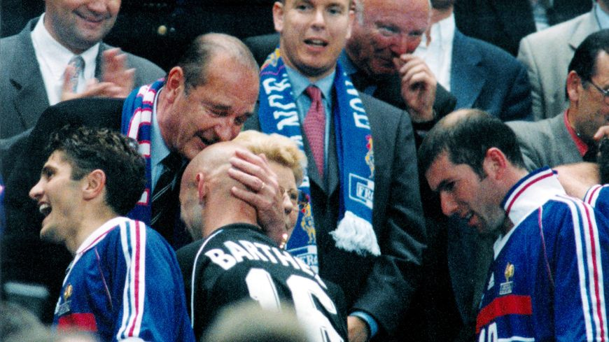 12 Juillet 1998: Jacques Chirac félicite l'équipe de France de Football qui vient de remporter sa première Coupe du monde face au Brésil