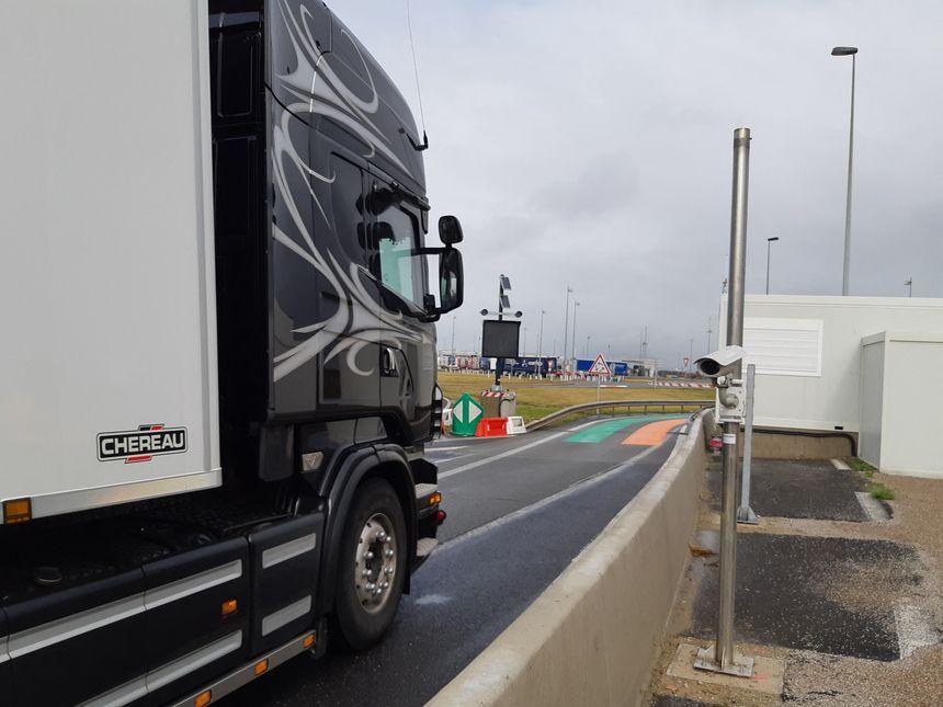 En arrivant de Grande-Bretagne, les camions seront identifiés par caméras, puis seront dirigés vers la file orange, si douaniers ou vétérinaires veulent les contrôler.