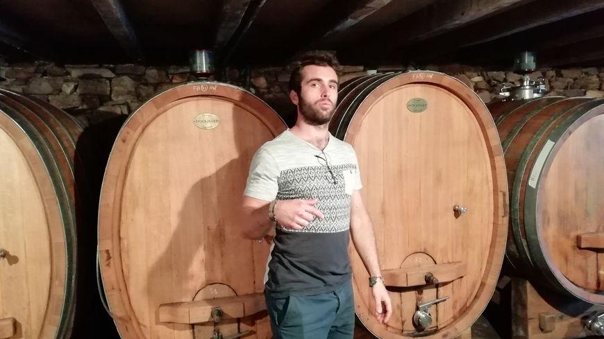 Théo Riouspeyrous dans le chai du Domaine familial Arretxea à Irouléguy