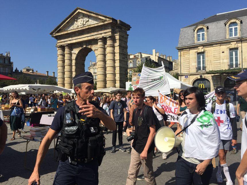 La police encadre la manifestation des jeunes pour le climat, à Bordeaux.