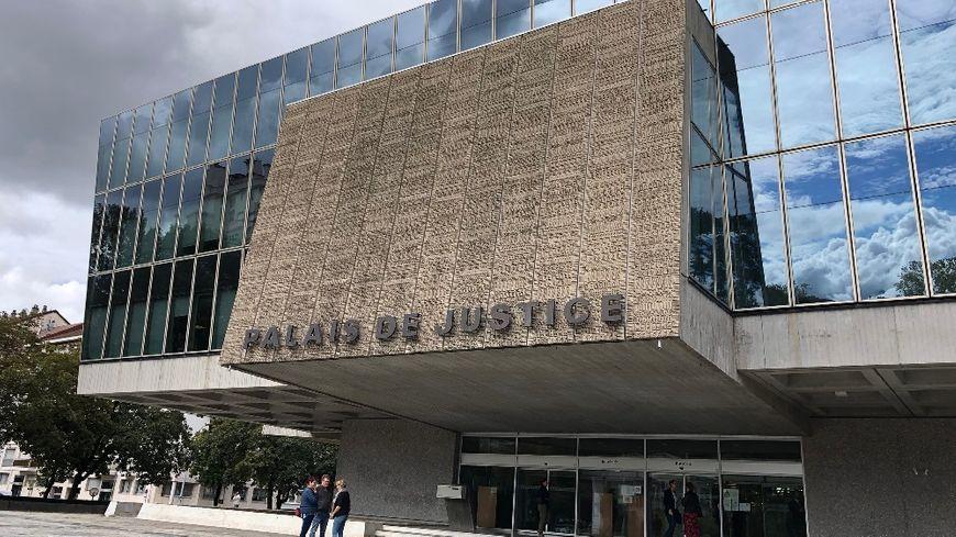Un homme de 41 ans va comparaître cette semaine devant les assises de la Haute-Savoie à Annecy pour des enlèvements, violences et tentatives de viols sur quatre jeunes filles mineurs.