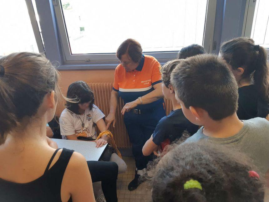 Les élèves se sont entraînés à poser un garrot.