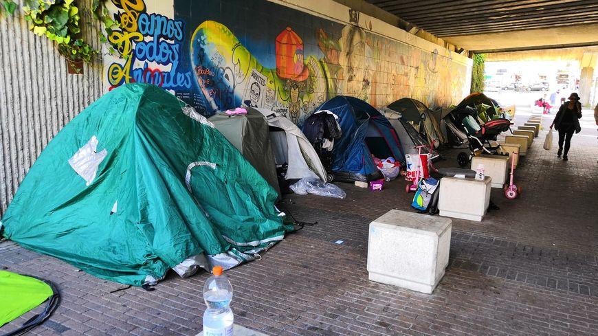 Cette enfilade de tentes est devenue une vision habituelle pour les riverains qui passent sous le pont du cours Berriat
